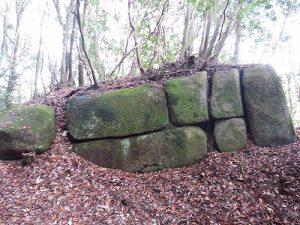 花崗岩の巨石群と節理